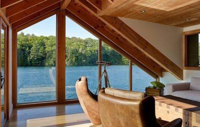 Деревянный дачный дом на воде