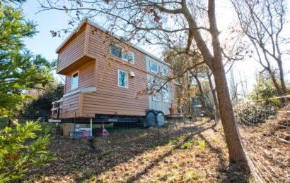 Деревянный дом на колесах — фото