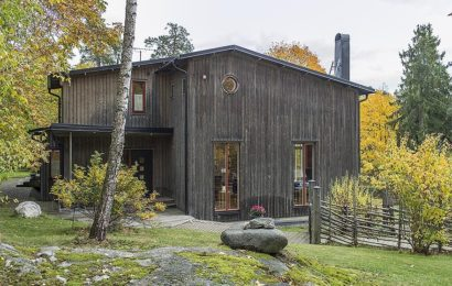 Темный дом со светлым интерьером
