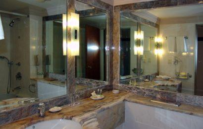 Угловое зеркало для ванной комнаты