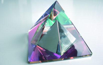 Хрустальная пирамида по фен-шуй: ее способности и правила применения