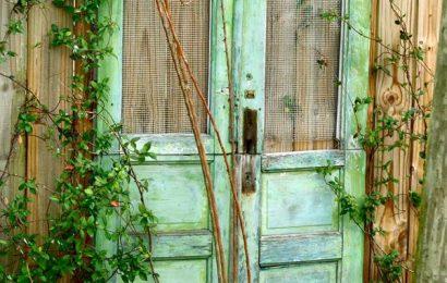 Старые двери в ландшафтном дизайне. Оригинальные идеи