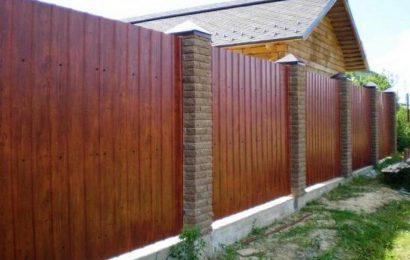 Какой забор для участка лучше: из дерева или профлиста?