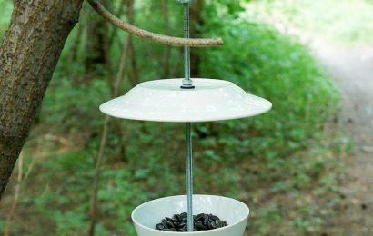 Кормушка для птиц из старой посуды