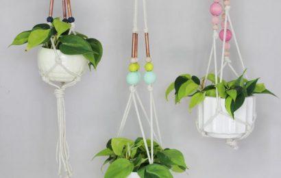 Украшаем подвесные цветочные горшки с помощью деревянных бусин и медных трубок