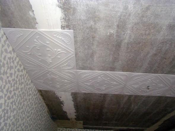 Как клеить плитку на потолок: правильно клеим по диагонали и горизонтали