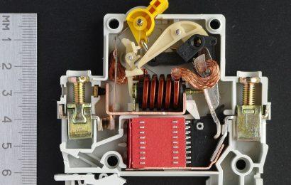 Автоматические выключатели в литом корпусе: виды и преимущества